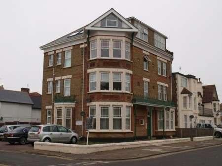 2 Bedrooms Ground Flat for rent in Flat 1 Surrey Court, Harold Road