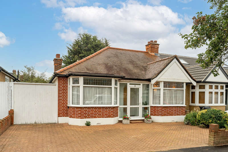 2 Bedrooms Semi Detached Bungalow for sale in Oakleafe Gardens, Ilford