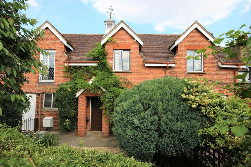 3 Bedrooms Detached House for sale in Hall Court, Datchet