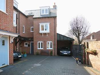 3 Bedrooms Terraced House for sale in St Aubyns Court, Poole