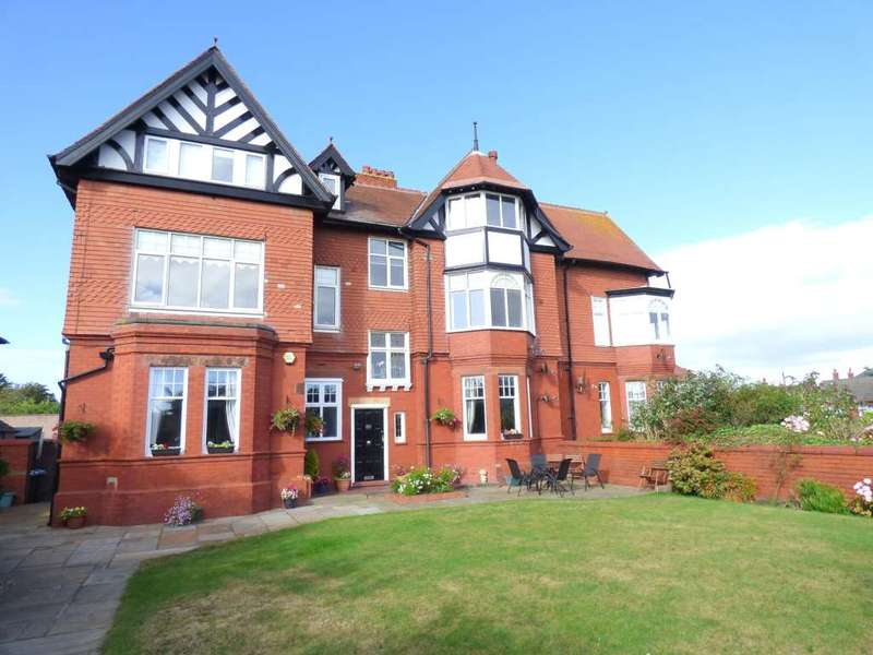 3 Bedrooms Flat for sale in Clifton Drive South, St Annes