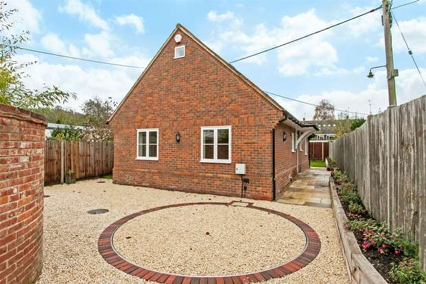 3 Bedrooms Chalet House for sale in Stockbridge, Hampshire
