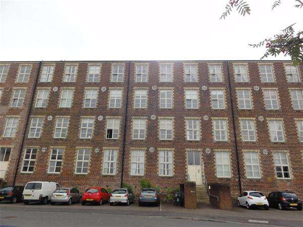 2 Bedrooms Flat for sale in Woolcarders Court, Cambusbarron