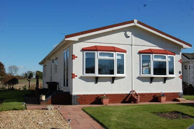 2 Bedrooms Detached Bungalow for sale in A stunning well presented Park Home