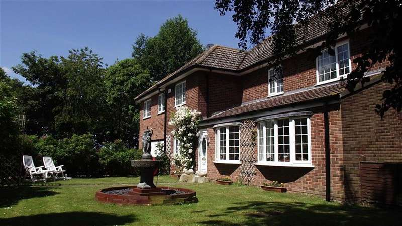 5 Bedrooms Detached House for sale in Woodland Court, CARNABY, East Riding Of Yorkshire, YO15