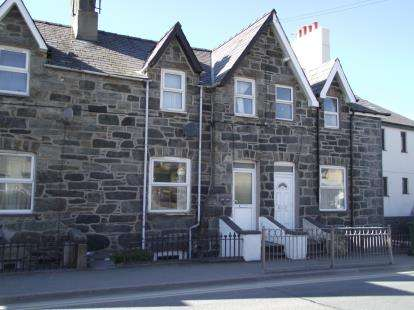 2 Bedrooms Terraced House for sale in Douglas Terrace, Bethesda, Gwynedd, LL57
