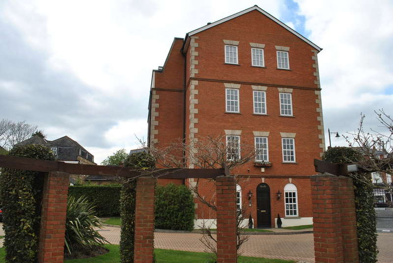 2 Bedrooms Apartment Flat for sale in EAST MOLESEY