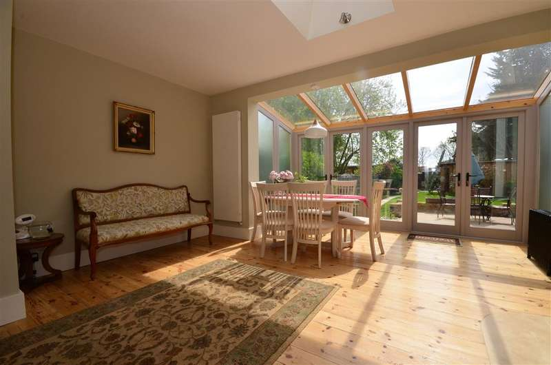 4 Bedrooms Bungalow for sale in Trenance Gardens, Seven Kings, Essex