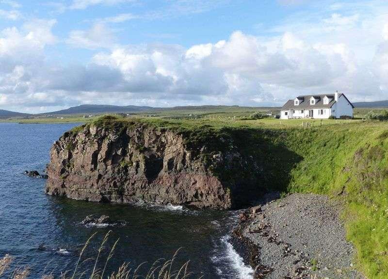 4 Bedrooms Detached House for sale in 8 DUNANELLERICH: 4/5 beds, 4 en-suite, loch views, ideal B&B, W Skye