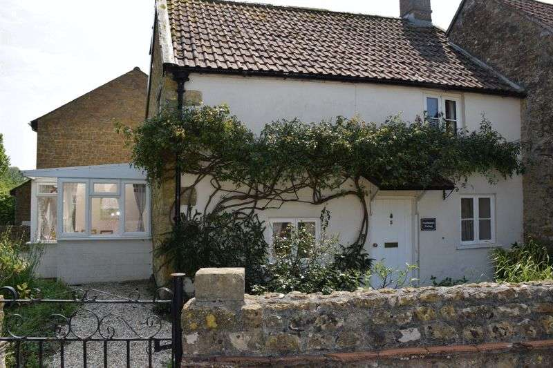 2 Bedrooms Cottage House for sale in Charming 'chocolate box' cottage with gated off-street parking and currently used as a holiday let close to the centre of Beaminster