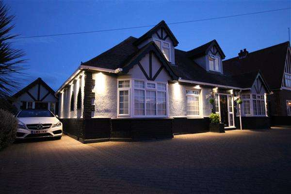 6 Bedrooms Chalet House for sale in Bedford Road, Holland on Sea