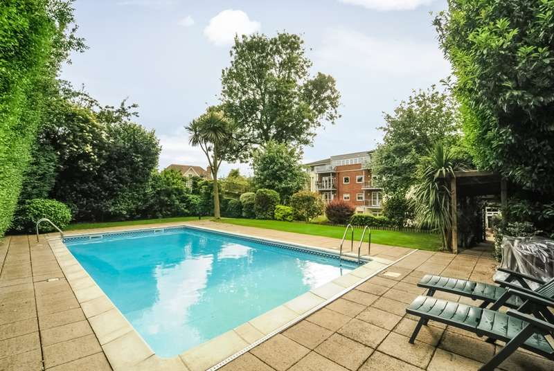 2 Bedrooms Apartment Flat for sale in PORTLAND COURT, HENDON LANE, FINCHLEY, LONDON, N3