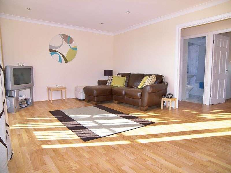 2 Bedrooms Flat for sale in Waldair Court, London