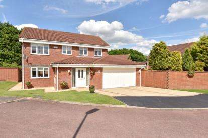 4 Bedrooms Detached House for sale in Romsey Close, Farnborough