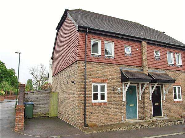 2 Bedrooms Semi Detached House for sale in Holders Close, Billingshurst
