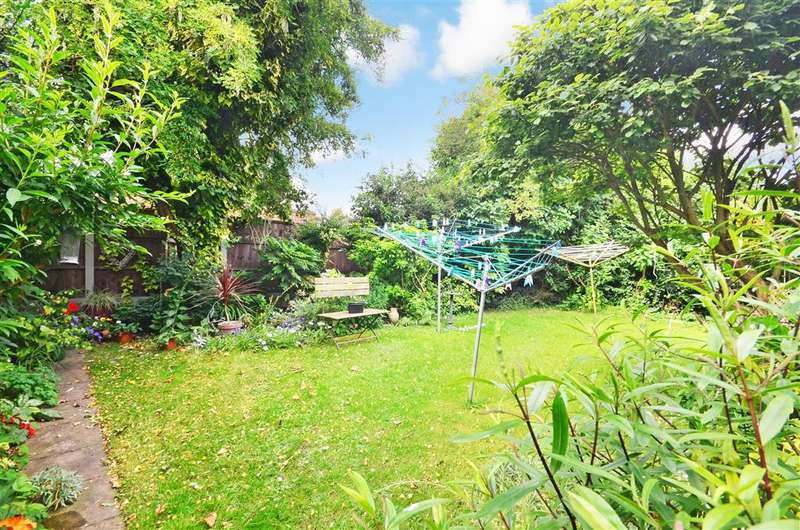 2 Bedrooms Flat for sale in Gaynes Hill Road, Woodford Bridge, Essex