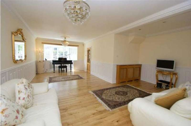 4 Bedrooms House for sale in Mayfield Road, London W3 9HQ