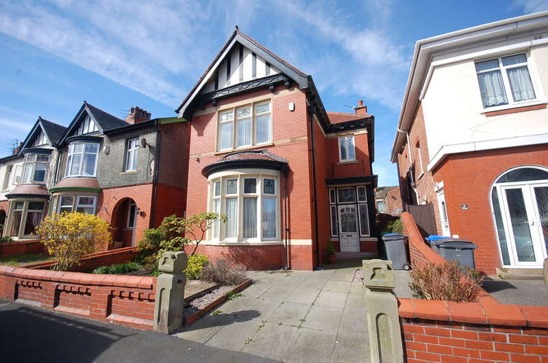 3 Bedrooms Detached House for sale in Lincoln Road, Blackpool