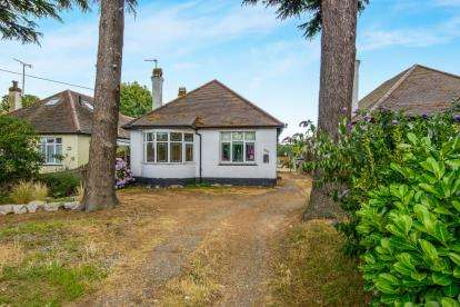3 Bedrooms Bungalow for sale in Southend-On-Sea, Essex