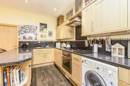 2 Bedrooms Flat for sale in The Conifers, Nicholas Street, Harle Syke, Burnley, BB10