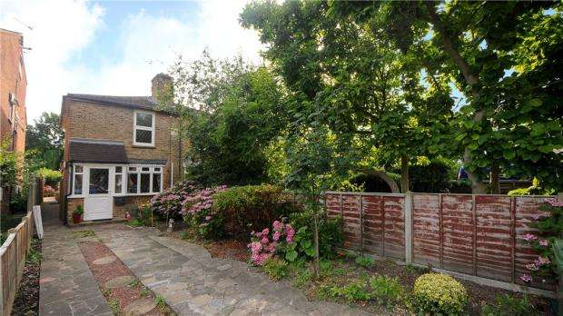 2 Bedrooms Semi Detached House for sale in Kingston Road, Staines-upon-Thames, Surrey