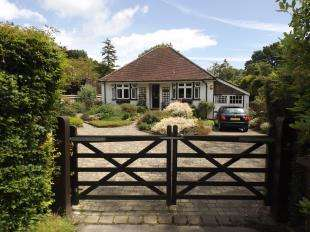 2 Bedrooms Bungalow for sale in Ersham Road, Hailsham, East Sussex