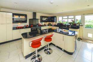 5 Bedrooms House for sale in Shepherds Hill, Merstham, Redhill, Surrey