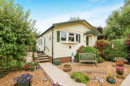 2 Bedrooms Mobile Home for sale in Chestnut Close, Pine View Park, Maulden, Bedford