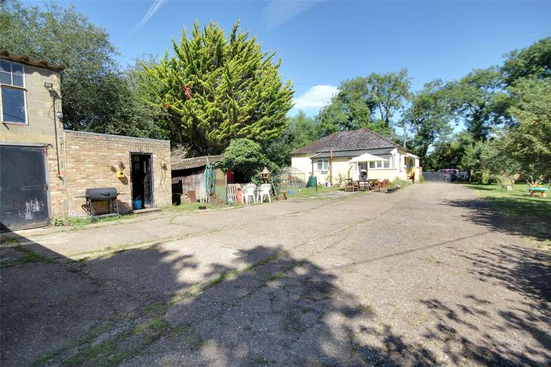 2 Bedrooms Bungalow for sale in Green Lane, Staines-upon-Thames, Surrey, TW18