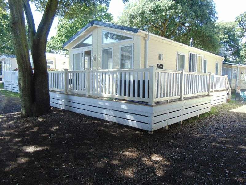2 Bedrooms Bungalow for sale in Mudeford, Christchurch