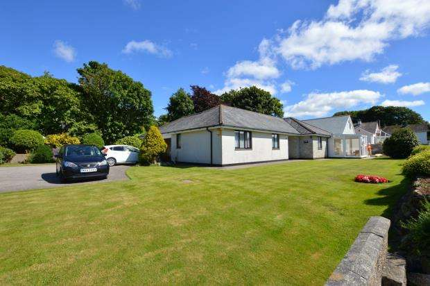3 Bedrooms Detached Bungalow for sale in Lowenac Gardens, Camborne, Cornwall