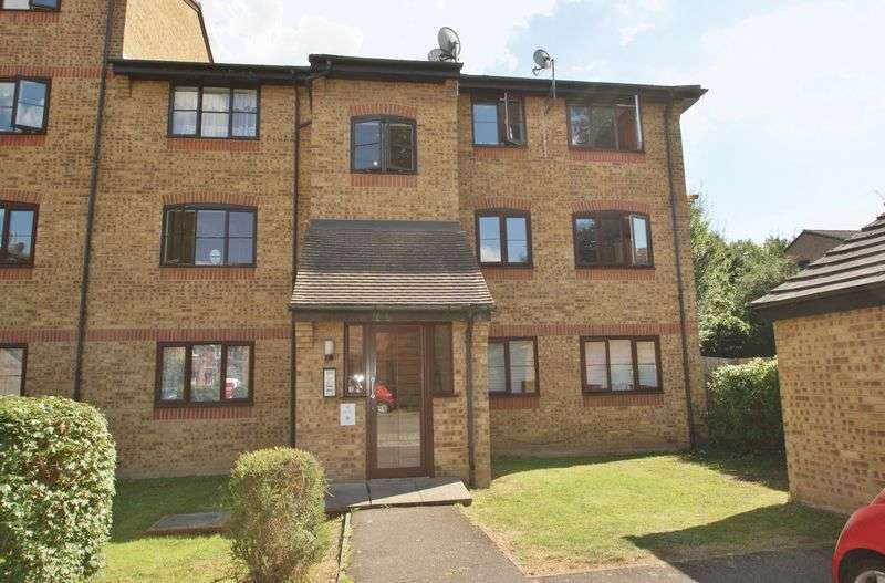 2 Bedrooms Flat for sale in Crest Avenue, Grays