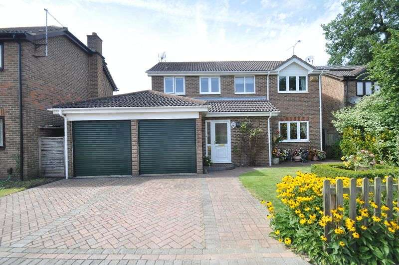4 Bedrooms Detached House for sale in McNaughton Close, Farnborough