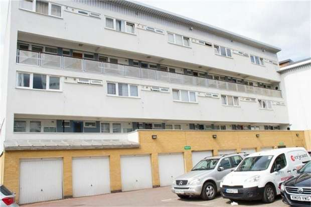 3 Bedrooms Flat for sale in Roydon Close, London