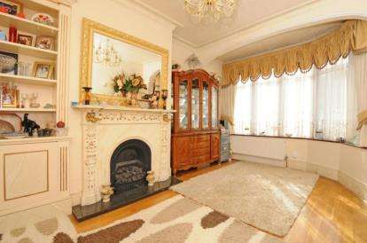 3 Bedrooms Terraced House for sale in Nelson Road, South Chingford