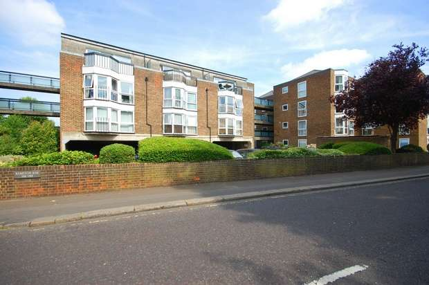 2 Bedrooms Flat for sale in Station Road, Hampton