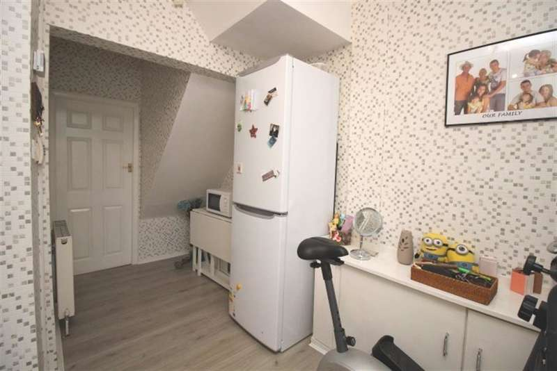 3 Bedrooms Semi Detached House for sale in Daleside Avenue, Pudsey, LS28