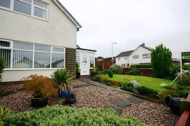 3 Bedrooms Semi Detached House for sale in St Georges Avenue, Westhoughton, BL5