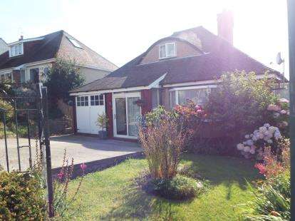 2 Bedrooms Bungalow for sale in Queens Road, Old Colwyn, Colwyn Bay, Conwy, LL29