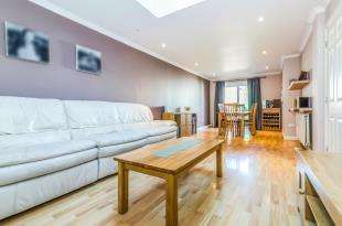 2 Bedrooms Flat for sale in Gilders Road, Chessington, Surrey