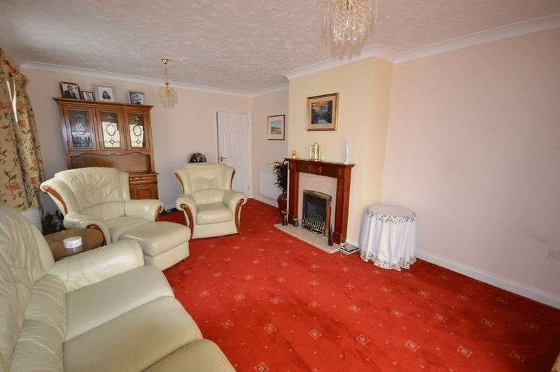 3 Bedrooms Semi Detached Bungalow for sale in Shooters Drive, Waltham Abbey