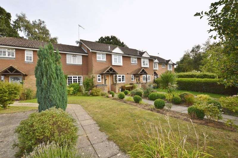 3 Bedrooms Terraced House for sale in Phillips Close, Godalming