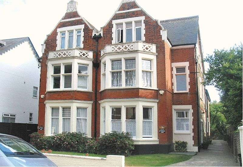 2 Bedrooms Flat for sale in St. Vincents Road, Westcliff-On-Sea
