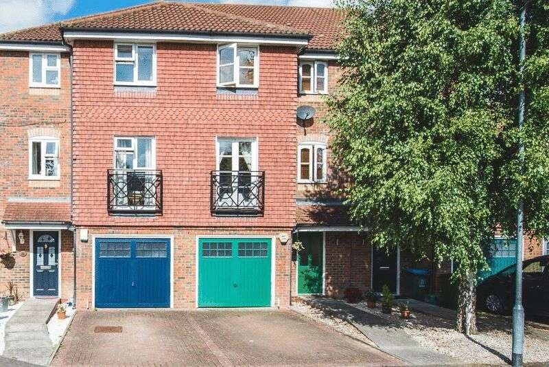 4 Bedrooms Terraced House for sale in Whitehead Way, Aylesbury