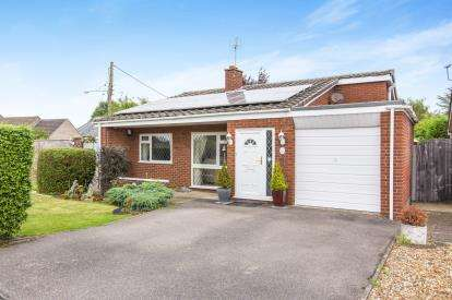 3 Bedrooms Bungalow for sale in Manor Close, Great Staughton, St. Neots, Cambridgeshire