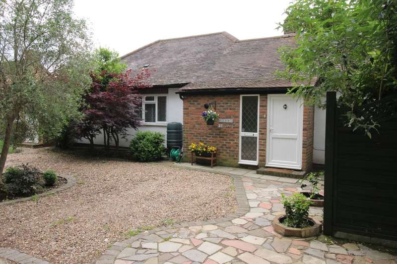 4 Bedrooms Detached Bungalow for sale in Oak Avenue, Hampton, TW12
