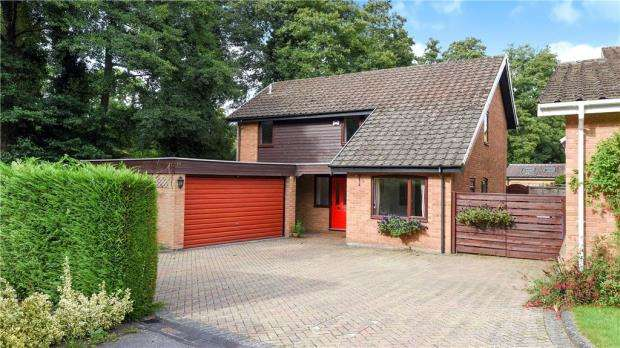 4 Bedrooms Detached House for sale in Kelsey Grove, Yateley, Hampshire