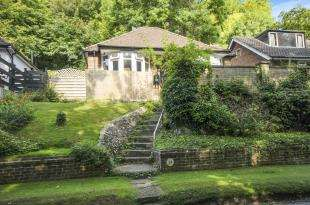 2 Bedrooms Bungalow for sale in Milner Road, Caterham, Surrey