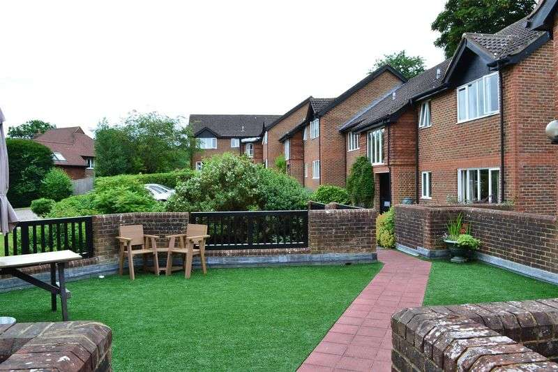 2 Bedrooms Flat for sale in Oakwood Park, Forest Row.