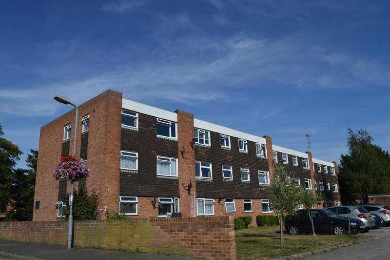 2 Bedrooms Flat for sale in Malvern Court, Langley, SL3
